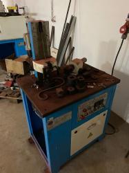 Stroj na stáčení /skrucování materiálu
